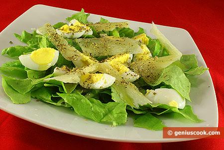Салат романа с перепелиными яйцами и пармезаном