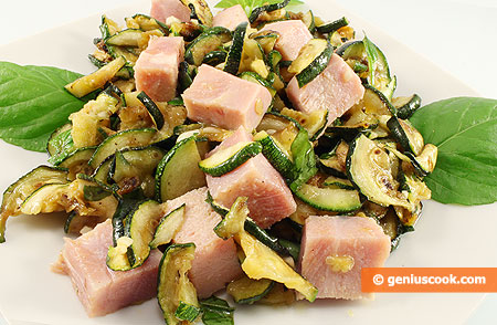 Салат с цуккини гриль, ветчиной и мятой