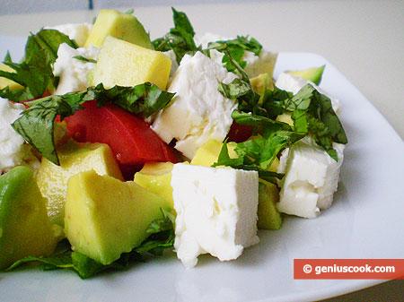 Салат с авокадо, сыром Фета и помидорами