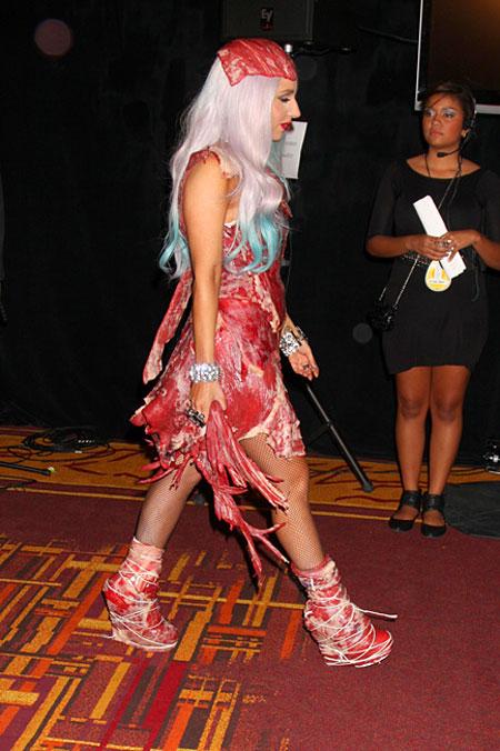 Леди Гага в платье из сырой говядины