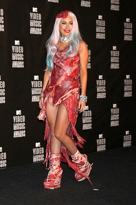 Леди Гага в мясном наряде