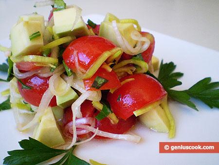 Салат из авокадо, помидоров и лука порея
