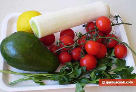 Ингредиенты для салата с авокадо, помидорами и луком пореем