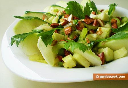 Салат с зелёным яблоком, сельдереем и миндалём
