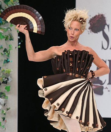 Платье из белого и чёрного шоколада