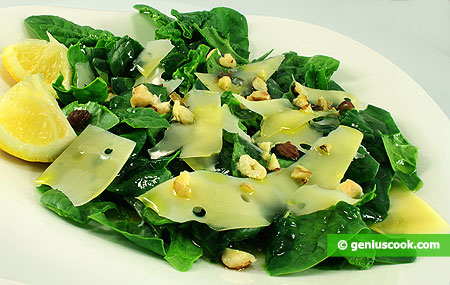 Салат из шпината с орехами и сыром