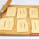 Раскатанное и разрезанное тесто