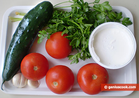 Ингредиенты для салата с помидорами, огурцами и йогуртом