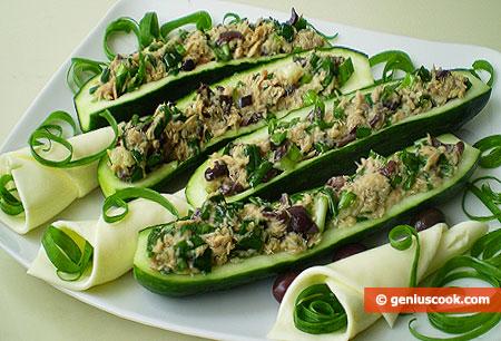 Огурцы фаршированные тунцом, оливками и зелёным луком