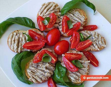 Кростини с аночусами и сливочным маслом
