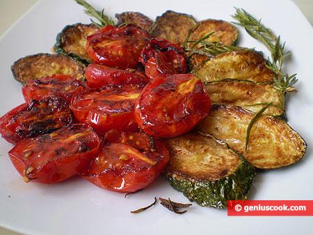 Жареные помидоры и цуккини с розмарином