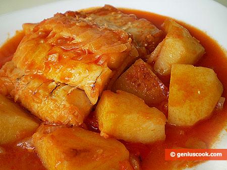 Треска, тушёная с картофелем в томатном соусе