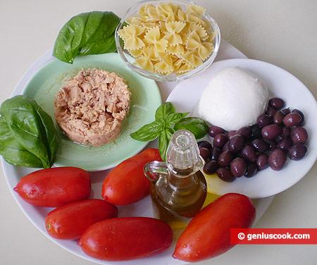 Ингредиенты для салата с макаронами, тунцом и сыром