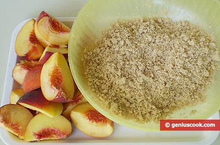 Подготовленные персики и крошка