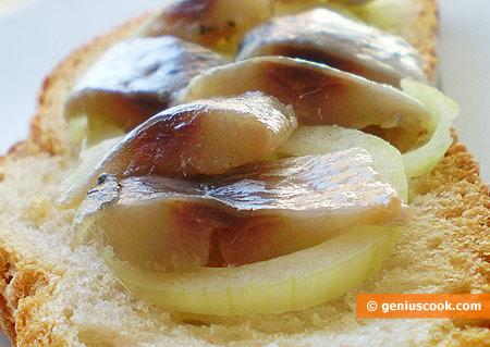 Сардины пряного посола на хлебе с луком