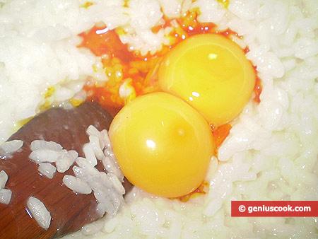 К рису с шафраном добавлены желтки