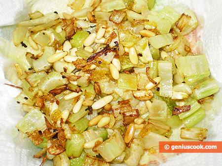 Жареный сельдерей с орешками пиноли