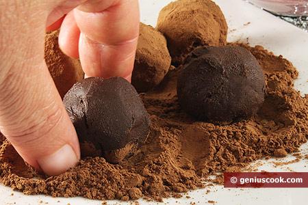 Формируем трюфели и покрываем их какао-порошком