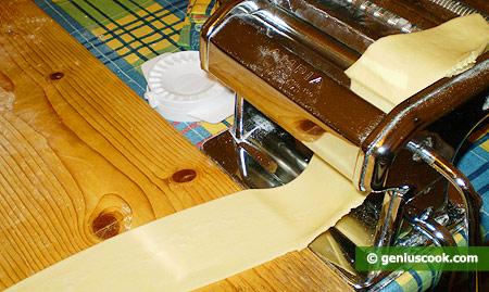 Тесто раскатываем тонко