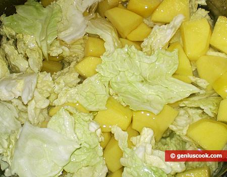 Картошка варится с капустой