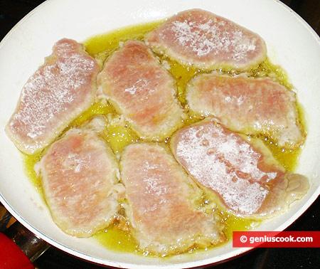 Эскалопы жарятся в сковороде с оливковым маслом