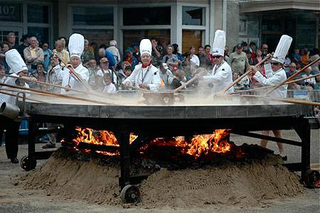 Лучшие повара готовят гигантский омлет