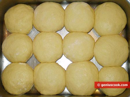 Сформированные булочки уложены в противень