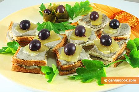 Канапе с трюфельным майонезом, огурцом и оливками