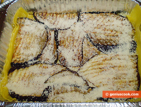 Уложены баклажаны, посыпаны сыром