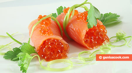 Роллы из лосося с красной икрой