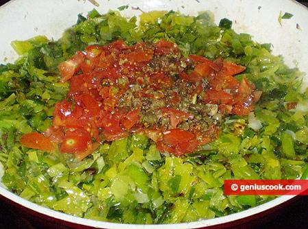 Порей, помидоры и каперсы