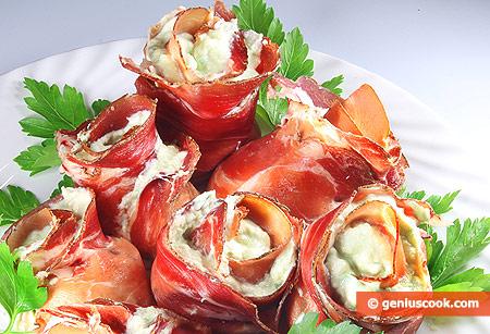 Розы из ветчины с кремом из авокадо с рикоттой