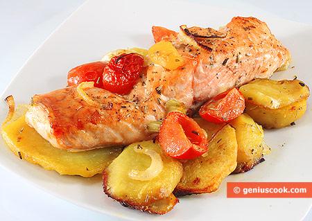 Лосось с картофелем, помидорами и луком, запечённый в духовке