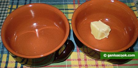 Смазываем маслом горшочки