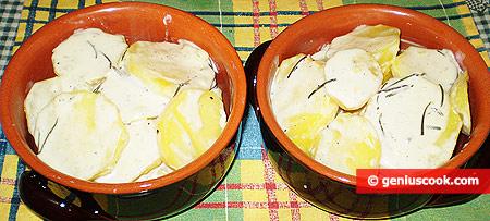 Укладываем картофель со сливками