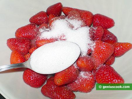 Засыпаем сахаром очищенные ягоды