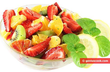 Фруктовый салат с киви, клубникой, апельсинами