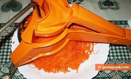 Натираем морковь соломкой
