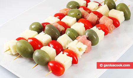 Закуска с помидорами, сыром и лососем, на шпажках