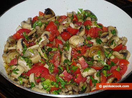 Добавляем лук, помидоры и петрушку