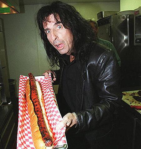 Элис Купер с гигантским хот-догом