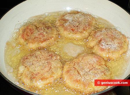Котлеты жарятся в сковороде