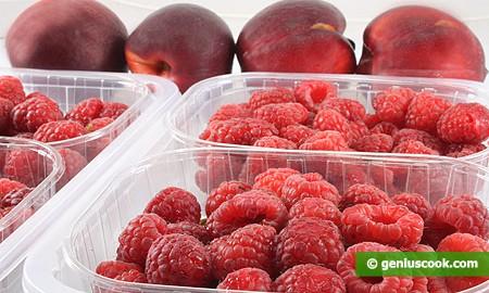 Персики и малина для десерта