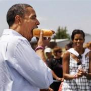 Барак Обама ест хот-дог