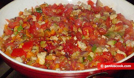 Добавили томатную пасту и помидоры