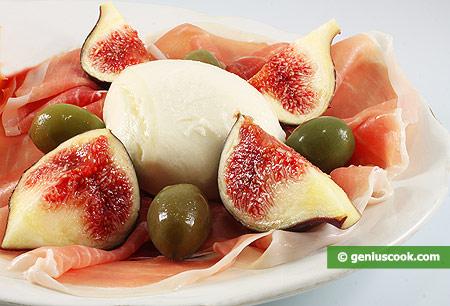Закуска с моцареллой, инжиром, оливками и ветчиной