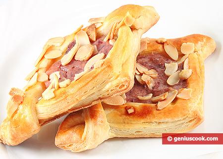 Печенье из слоёного теста с малиновым кремом