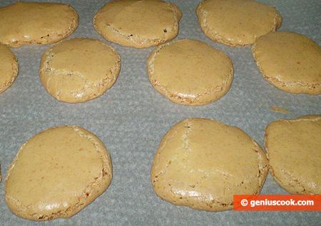 Готовое печенье на пергаменте