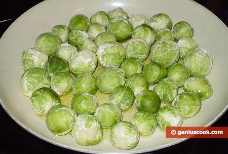 Кочанчики брюссельской капусты в сковороде