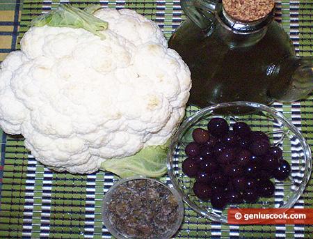 Ингредиенты для цветной капусты с оливками и каперсами